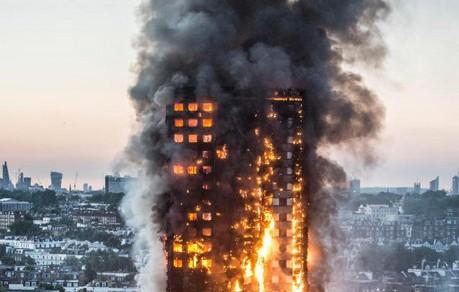 Vicini alle famiglie delle vittime del rogo della Grenfell Tower di Londra
